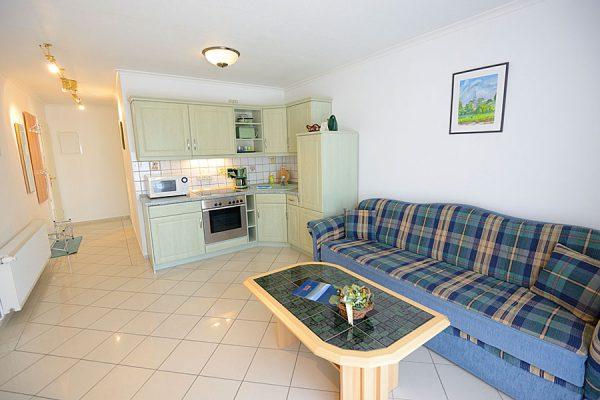 Wohnzimmer und Küche der 2-Zimmer-Ferienwohnung im Ostseebad Binz auf Rügen – Apartments Biermann