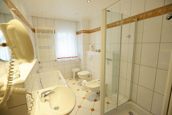 Badezimmer der 3-Raum-Ferienwohnung im Ostseebad Binz auf Rügen