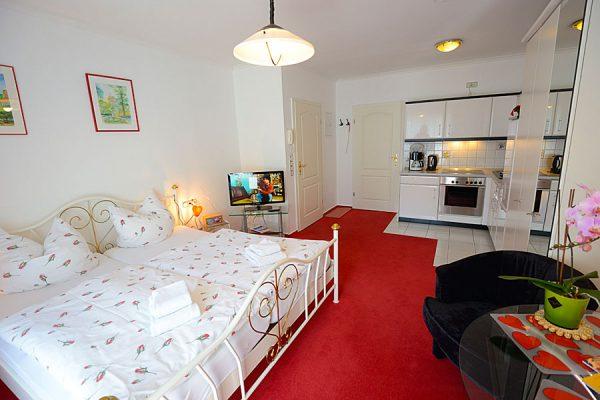 Schlafzimmer der 1-Zimmer-Ferienwohnung für 2 Personen im Ostseebad Binz auf Rügen – Apartments Biermann