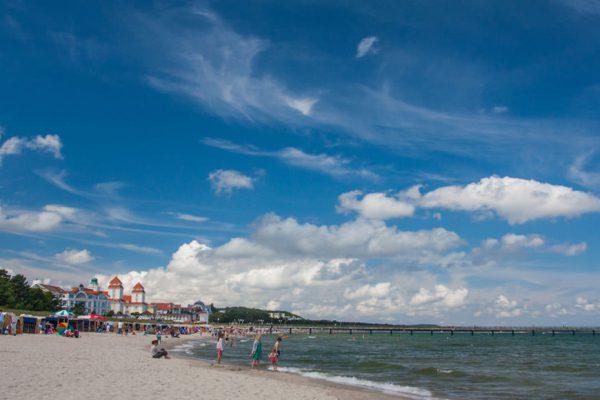 Strand mit Seebrücke und Kurhaus im Ostseebad Binz auf Rügen
